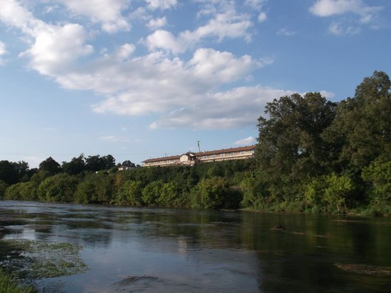 Riverview Motel: Rear of motel from across the river.