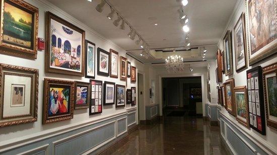 The Henry, Autograph Collection: Art in main hallway to guest room elevators