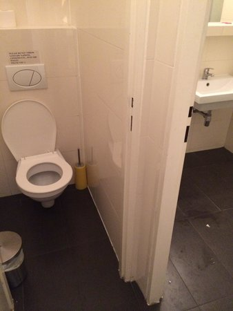 Charles Bridge Economic Hostel: Upstairs toilet
