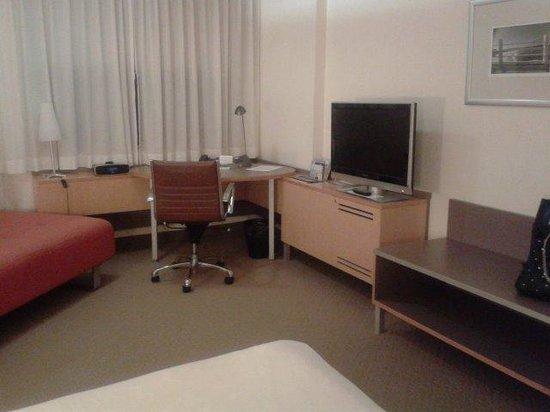 Novotel Sydney on Darling Harbour: desk and tv
