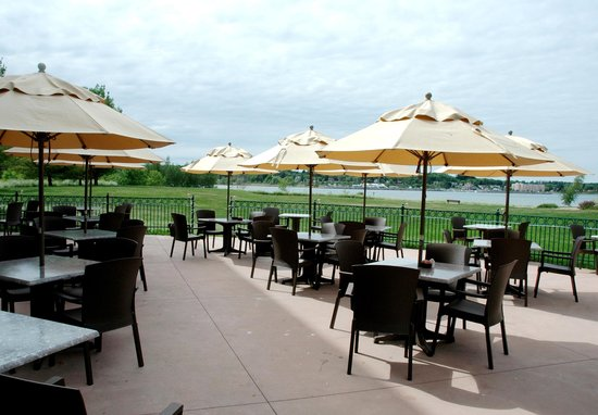 Bishop's Landing Restaurant and Lounge: Beautiful Patio
