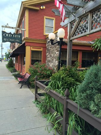 Old Erie Restaurant: Inviting exterior and sidewalk cafe