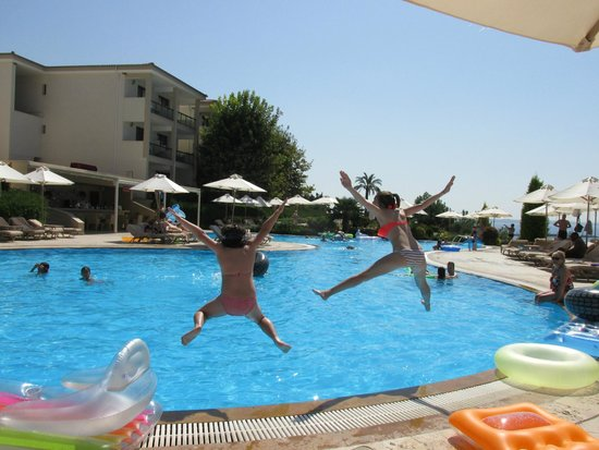 Ikos Oceania: Jumping into the pool in block 5