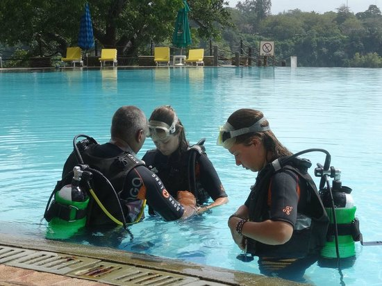 Buccaneer Diving: Gilrs getting training briefing in hotel pool