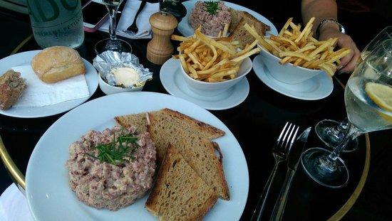 Café Ruc : Perfect steak tartare with fries