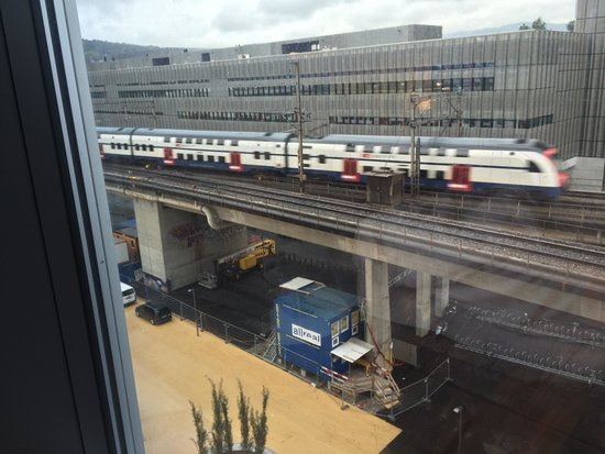 Sheraton Zürich Hotel: This is how close the train track is