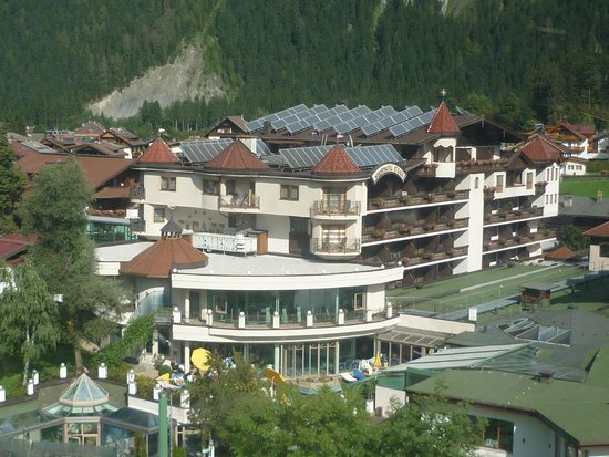 Sporthotel Strass: View of hotel from the next door cable car