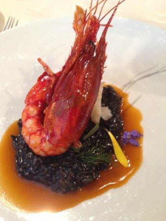 La Maison Carrier: Grosse crevette juste saisie sur risotto à l'encre de seiche