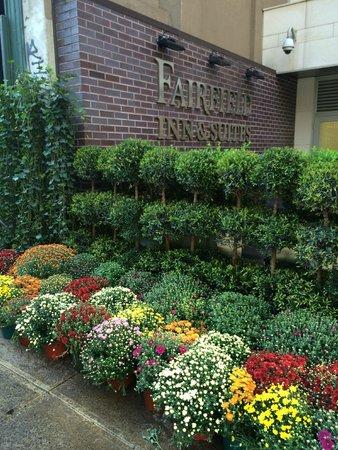 Fairfield Inn & Suites New York Manhattan/Chelsea: All of the wonderful flowers help the hotel feel like an eden!