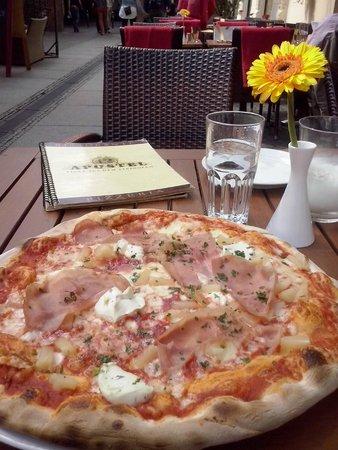 12 Apostel: Sabrosa y enorme pizza en horno de leña en la oferta del menú a mediodía