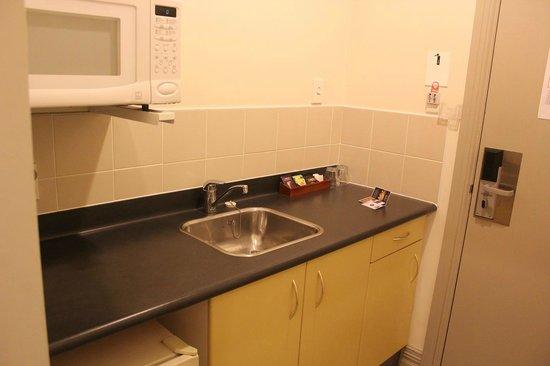 Best Western President Hotel Auckland: 電子レンジ、湯沸かし器などもあるキッチンがあります。