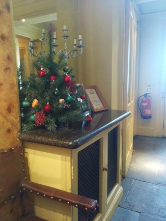 Best Western York Pavilion Hotel: Amputated Xmas Tree already in Foyer. Early for Sept!