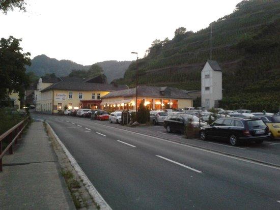 Hotel Lochmühle: Das Restaurant rechts der Strasse