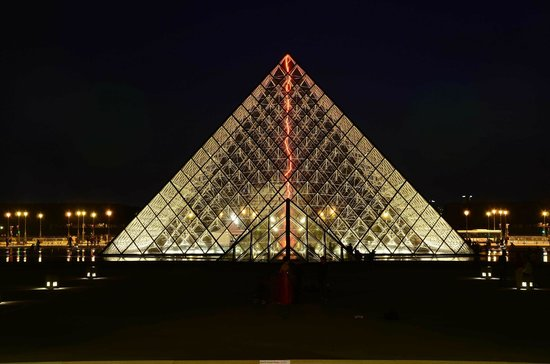 Photo Tours In Paris: Louvre at night