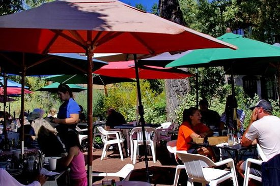 Creekside Cafe & Grill: Breakfast on the patio