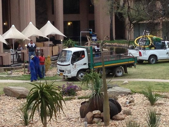 Windhoek Country Club Resort: Baustelle am Samstag Abend um 18Uhr. Oben links die Gäste auf der Terasse.