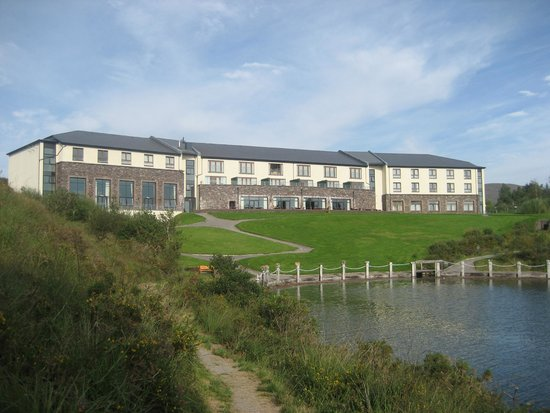Sneem Hotel: A viewof the Hotel from the scenic walk to the village
