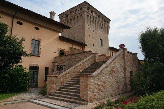 Entrance to the castle hotel picture of la tavola - La tavola rotonda piacenza ...