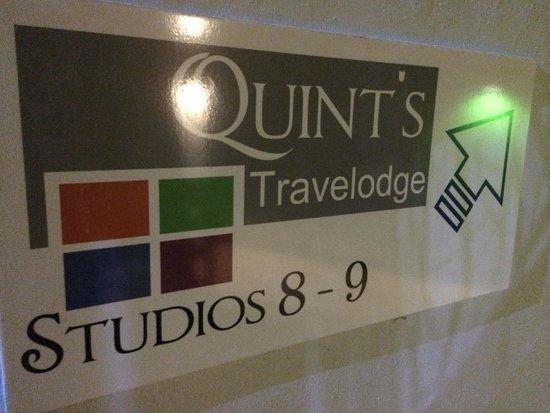 Quint's Travelodge: letrero de habitaciones