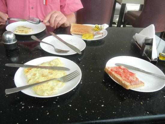 Hotel Uppal International: Frühstück Omelette und Toast, sowie sehr guter Kaffee