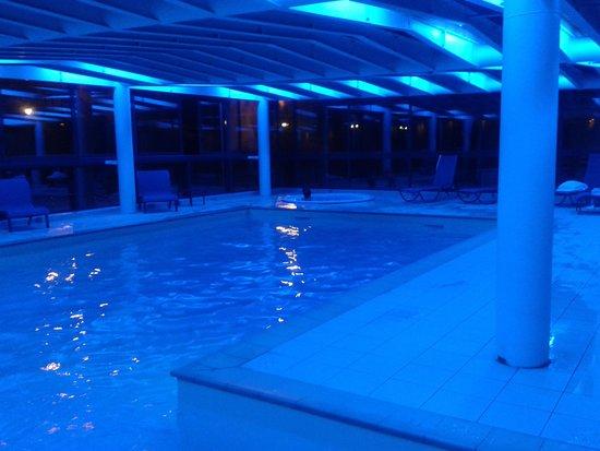 La piscine en soir e photo de mercure chamonix les for Piscine de chamonix