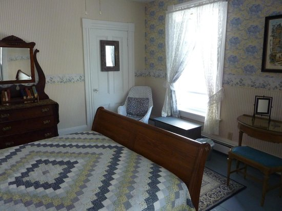 Pelham House Bed & Breakfast: queen bed with 2 twins beside