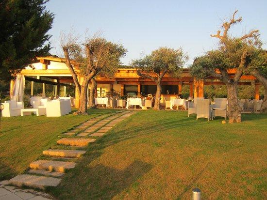 Hotel La Rocca Resort & Spa: Restaurant by the beach