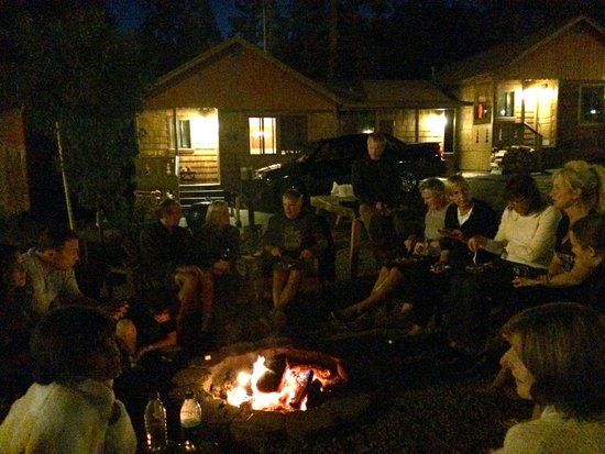 Cedar Glen Lodge: Smores and really interesting fellow travelers around the firepit