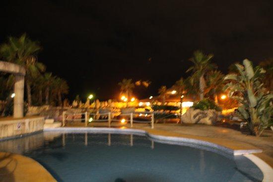 Zimbali Playa Spa Hotel: La piscina de noche