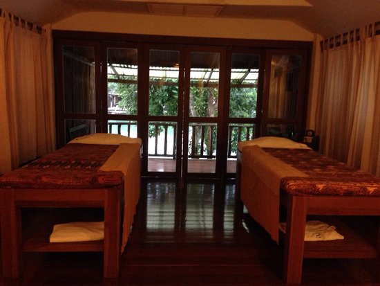 Aana Resort & Spa: Spa - couple room looking over the river