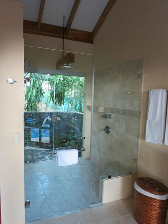 Casa Chameleon : Beautiful indoor/outdoor shower!  Decor is luxurious and locally authentic