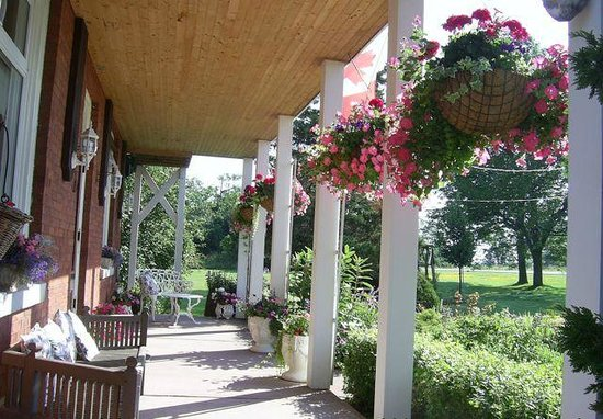 Green Woods Inn: Porch