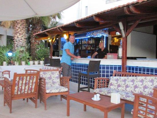 Hotel Jarra : Excellent pool side bar service