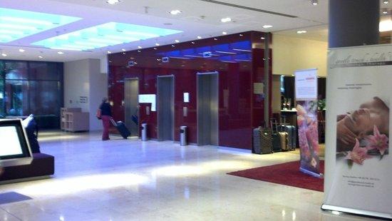 Mövenpick Hotel Frankfurt am Main City: hermoso lobby