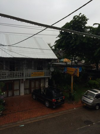 Funky Monkey Hostel : On the 2nd flr small balcony at the raining morning