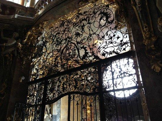 Asamkirche: Ferforjeler