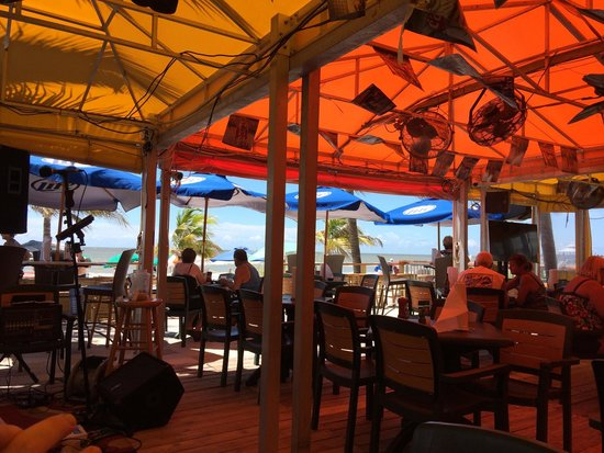Nemo's on the Beach: Memos at noon on a sunny Saturday in September