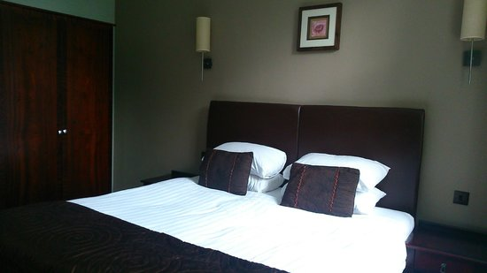 Rosslea Hall Country House Hotel: Alternative view of bedroom