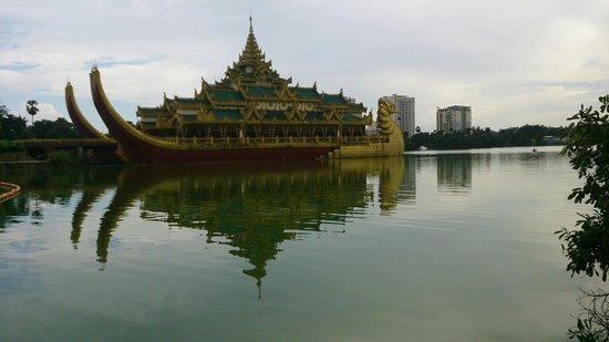 Kandawgyi Park : 湖中大船餐廳,據說在此辦婚宴挺貴的