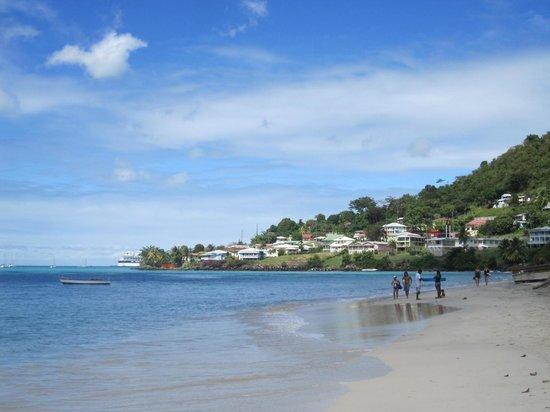 Grand Anse Beach : La plage de Grand Anse à droite