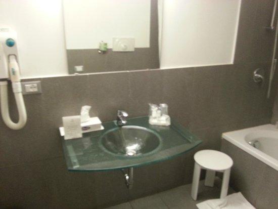 Hotel Garibaldi: the badroom spacy and clean
