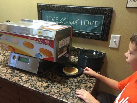 BEST WESTERN PLUS Grand Island Inn & Suites: Pancakes in a minute!