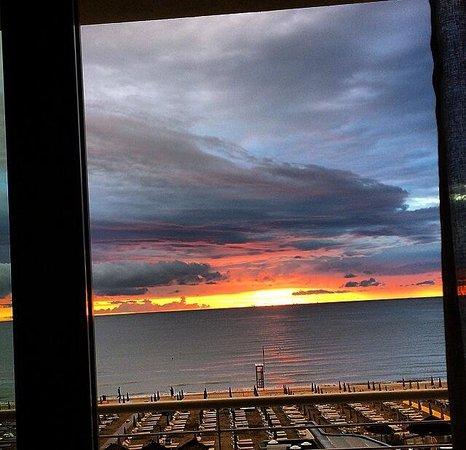 Bellettini Hotel: Hotel Bellettini - Deluxe 3 piano, fronte mare - Alba del 12 febbraio 2014