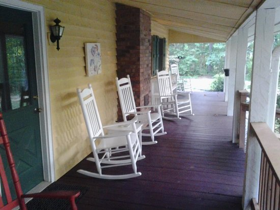 Mountain Top Lodge at Dahlonega: Front porch