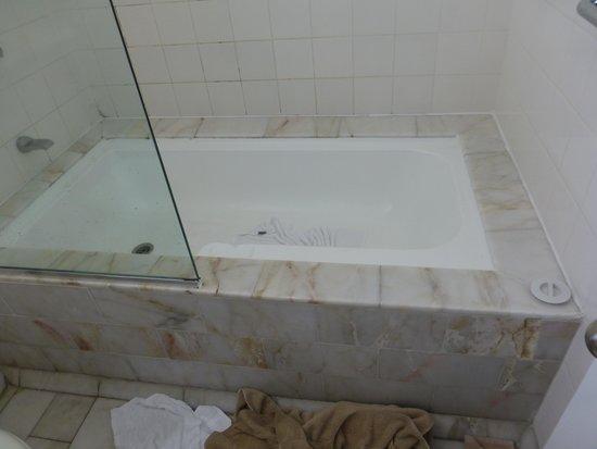 The Hotel Cairns: bathroom