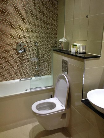 DoubleTree by Hilton Hotel London - Marble Arch: Bathroom