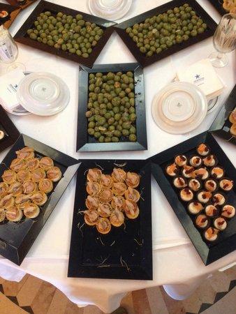 ايبيروستار مالاجا بلاي: Kleine tapas bij de ingang van het restaurant passend bij thema van de avondvoorstelling.