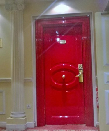 Hotel West End : the lacquered red door