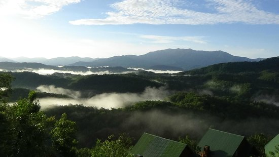 Sherwood Forest Resort: The Smoky Mountains with fog in the morning