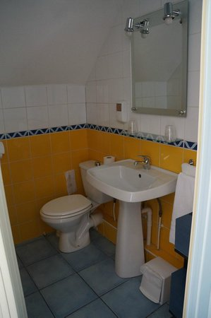 Le Volney : Clean bathroom with newer fixtures